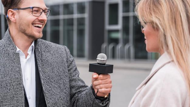 Smileyjournalist die interview doet