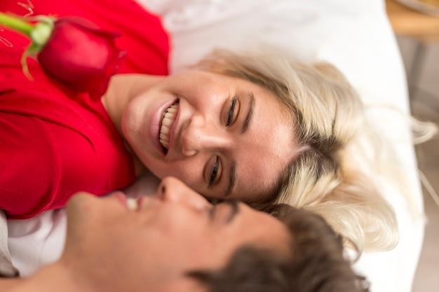 Smileyman en vrouw die elkaar bekijken