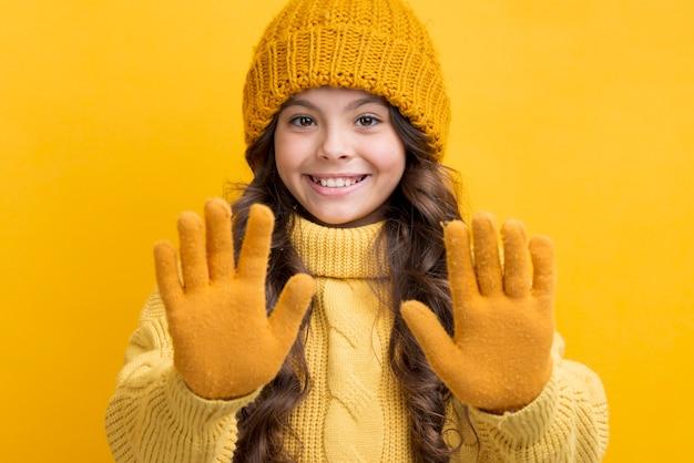 Smileymeisje dat de winterkleding draagt