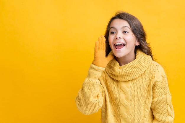 Smileymeisje die de exemplaar-ruimte van de winterkleren dragen