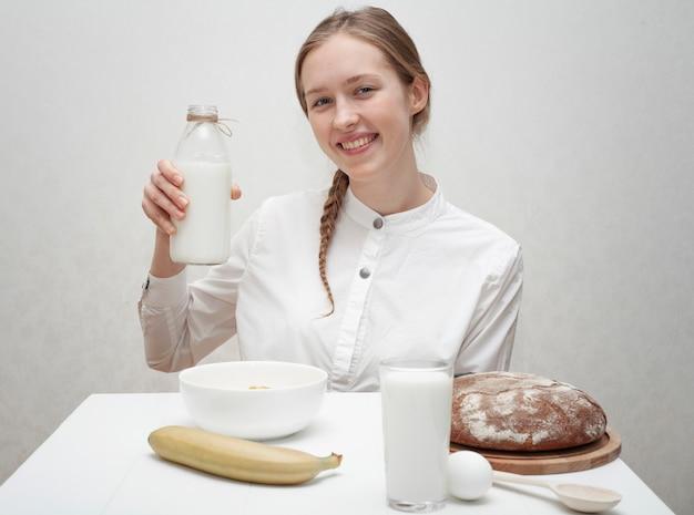 Smileymeisje die een fles melk houden