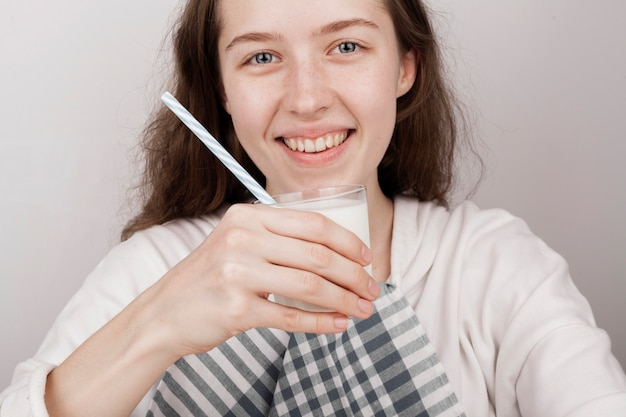Smileymeisje die een glas melk houden