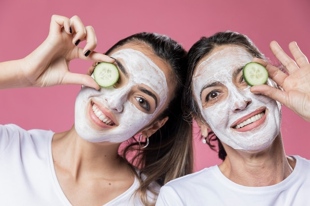 Smileymeisje en mamma die gezichtsmasker hebben