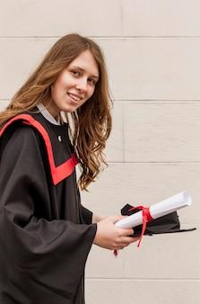 Smileymeisje met afgestudeerd diploma