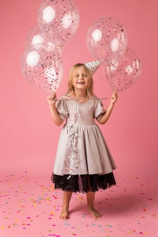 Smileymeisje met ballons in kostuum