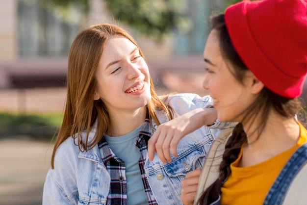 Smileymeisjes die elkaar bekijken