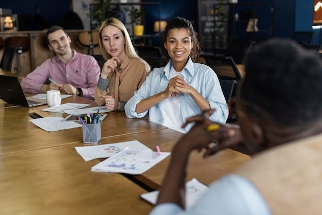 Smileymensen die een bureauvergadering hebben