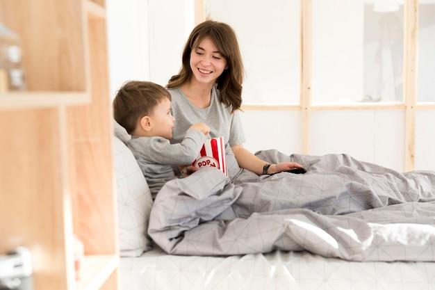 Smileymoeder die haar zoon bekijkt