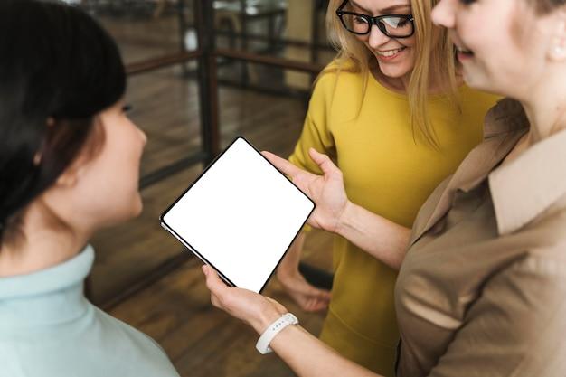 Smileyondernemers met tablet tijdens een vergadering