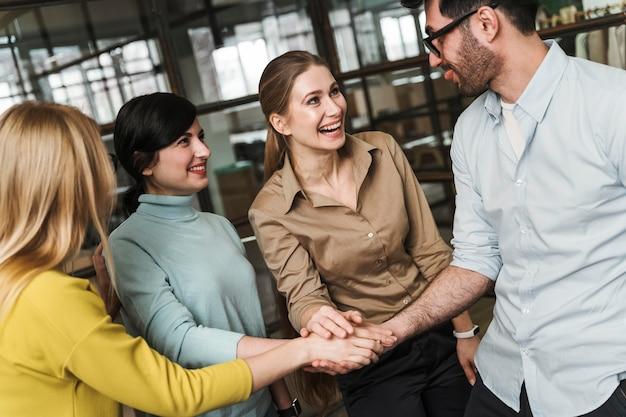 Smileyondernemers tijdens een vergadering binnenshuis