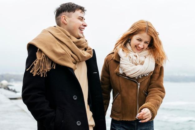 Smileypaar bij het meer tijdens de winter