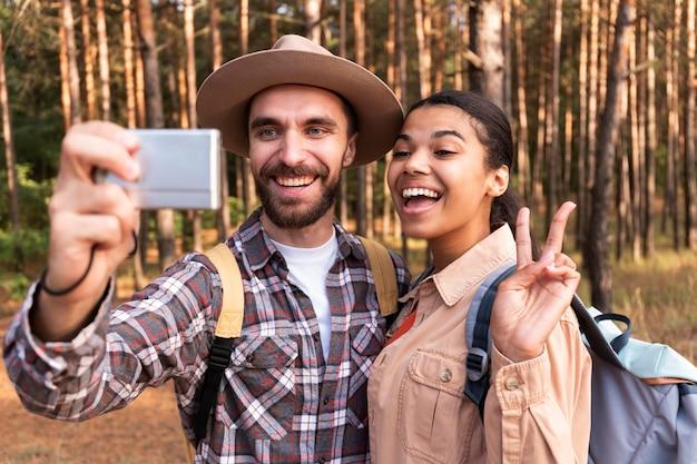Smileypaar dat een selfie neemt tijdens het reizen