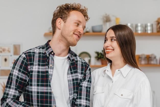 Smileypaar dat plannen maakt om het huis samen te verbouwen
