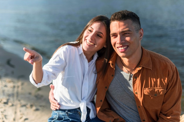 Smileypaar dat samen tijd doorbrengt op het strand