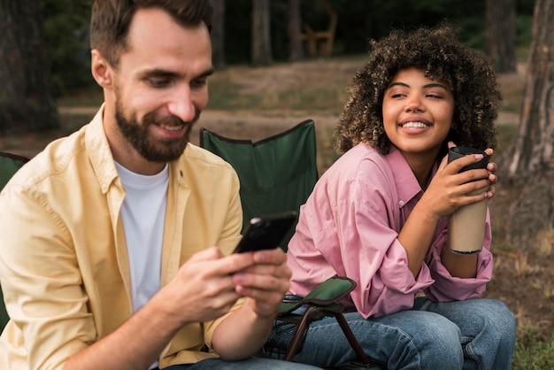 Smileypaar dat samen tijd doorbrengt tijdens het kamperen