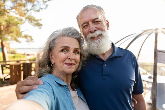 Smileypaar dat selfie middelgroot schot neemt