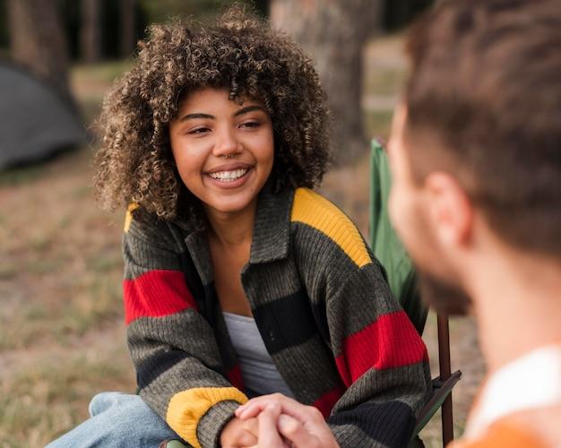 Smileypaar tijd samen buitenshuis doorbrengen