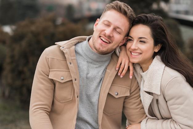 Smileypaar uit voor een wandeling in openlucht