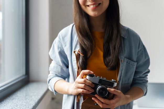Smileysvrouw van de close-up met camera