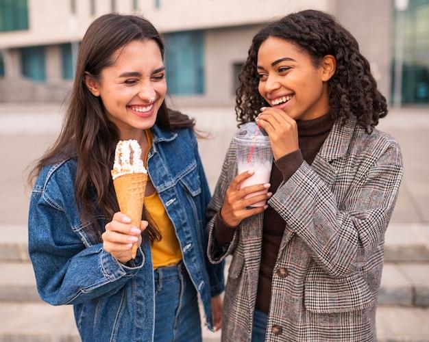 Smileyvrienden die buiten ijs en milkshakes hebben