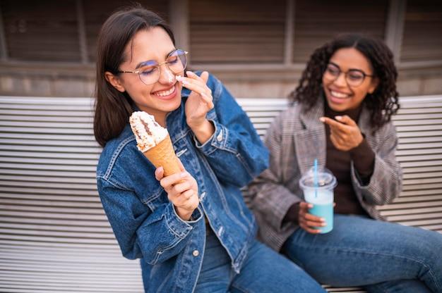 Smileyvrienden die buitenshuis plezier hebben