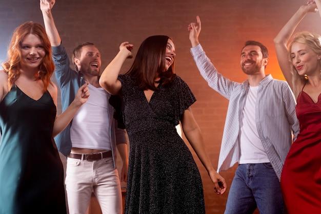 Smileyvrienden die dicht omhoog dansen