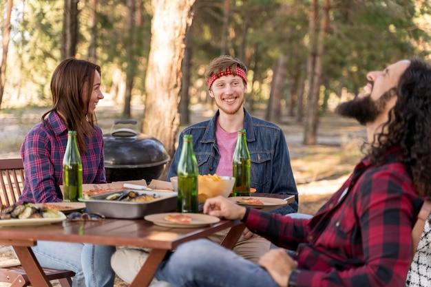 Smileyvrienden die een goede tijd buitenshuis hebben