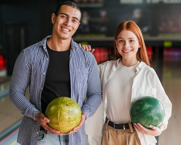 Smileyvrienden die het kleurrijke middelgrote schot van kegelenballen houden