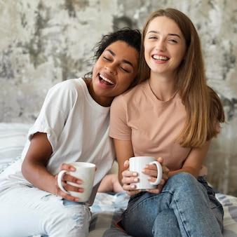 Smileyvrienden die thuis tijd doorbrengen met koffie