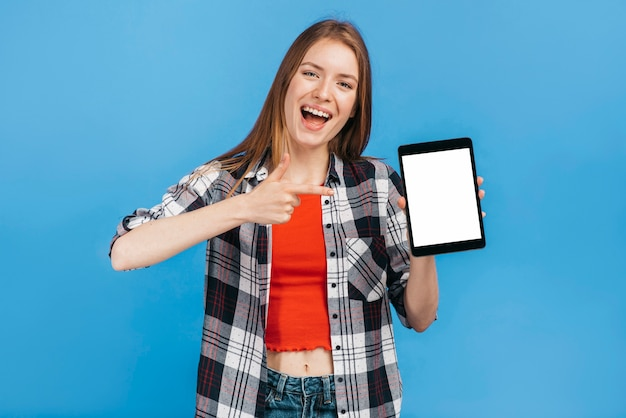 Smileyvrouw die aan tabletmodel richten