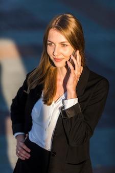 Smileyvrouw die bij de telefoon spreekt