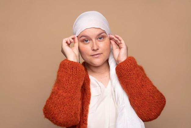 Smileyvrouw die borstkanker bestrijdt