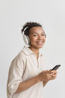 Smileyvrouw die een koptelefoon draagt