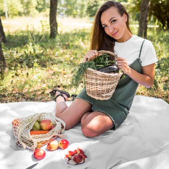 Smileyvrouw die een picknick met gezonde snacks hebben
