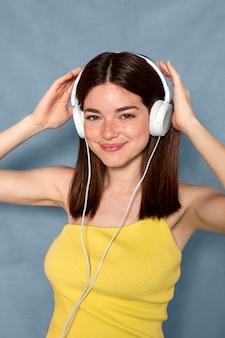 Smileyvrouw die hoofdtelefoons draagt