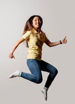 Smileyvrouw die in studio springen