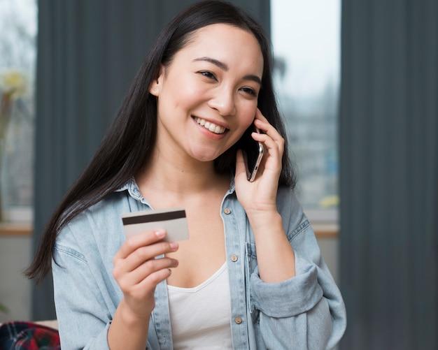 Smileyvrouw die online van haar smartphone opdracht geeft tot