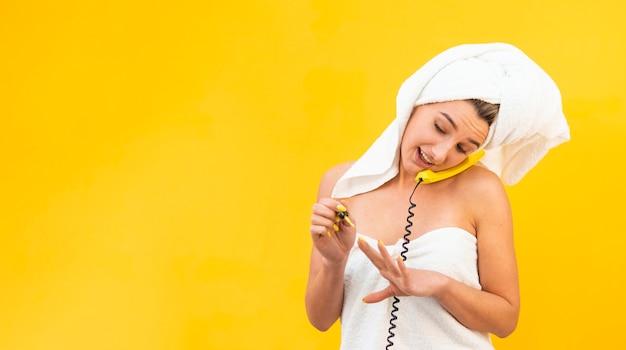 Smileyvrouw die op de telefoon spreken