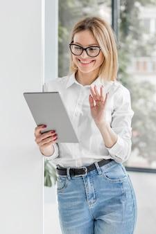 Smileyvrouw die op tablet kijken
