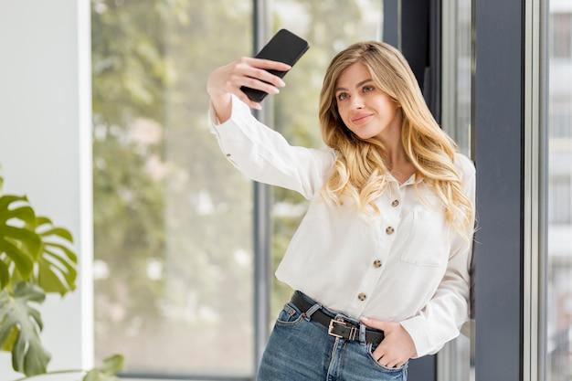 Smileyvrouw die selfie nemen