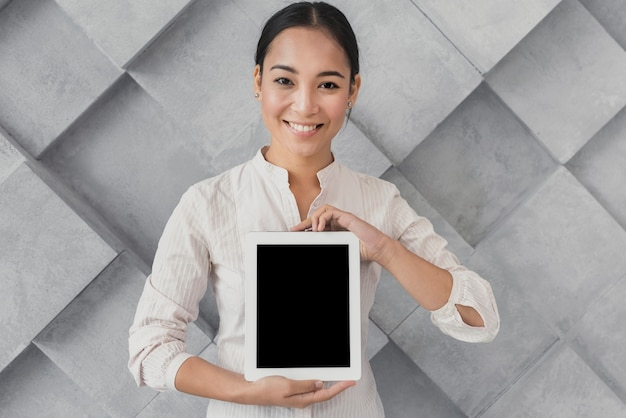 Smileyvrouw die tabletmodel voorstellen