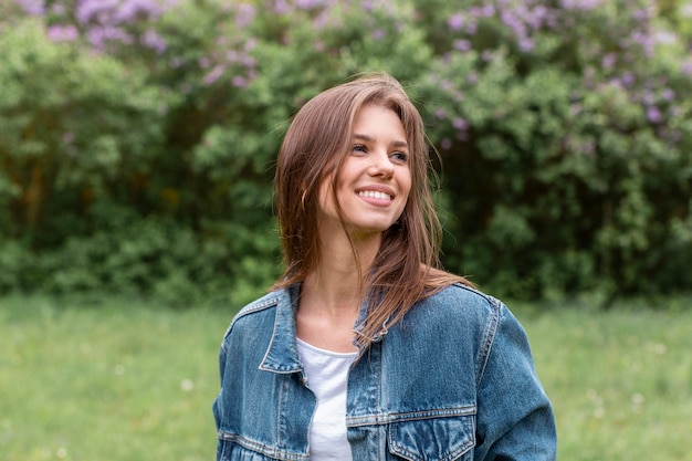 Smileyvrouw die van het portret van aard geniet