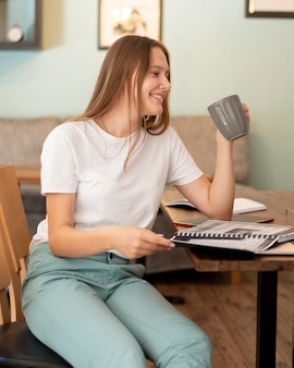 Smileyvrouw die vanuit huis werkt tijdens de pandemie