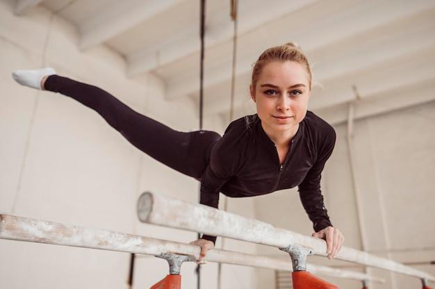 Smileyvrouw die voor gymnastiekkampioenschap opleidt
