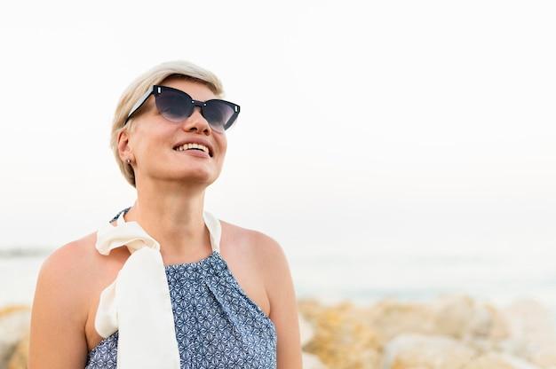 Smileyvrouw die zonnebril draagt