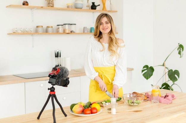 Smileyvrouw het stellen in keuken