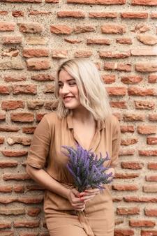 Smileyvrouw het stellen met boeket van lavendel