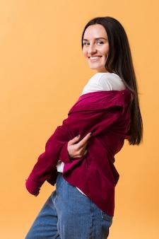 Smileyvrouw het stellen met een oranje achtergrond