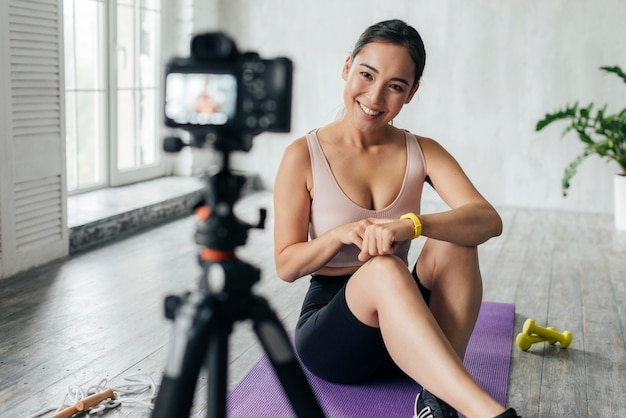 Smileyvrouw in sportkledingvloggen