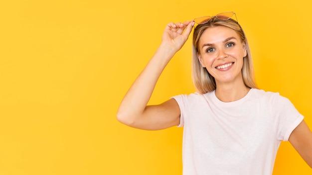 Smileyvrouw met gele achtergrond
